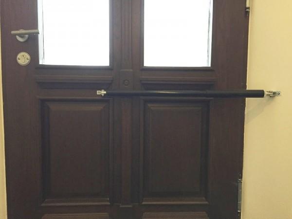 Los cierrapuertas DIREKT garantizan que la puerta principal quede cerrada de forma segura