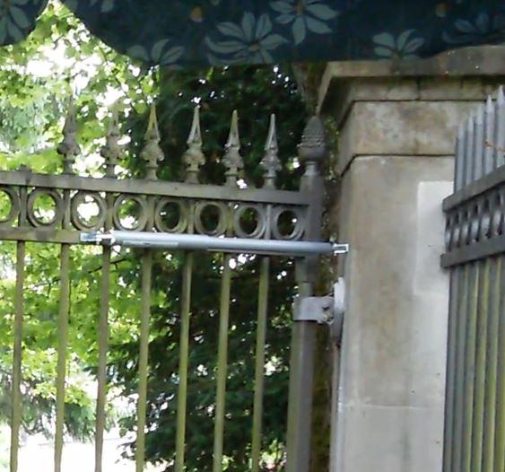 Gracias al cierrapuertas DIREKT, las puertas de acceso al cementerio de Zürich ya no quedan abiertas