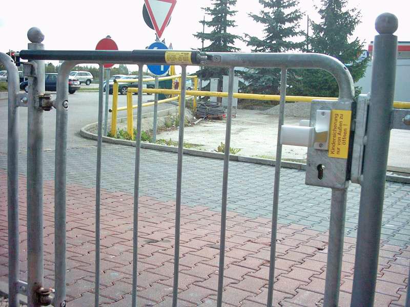 Cierrapuertas DIREKT en la verja de la terraza del McDonalds